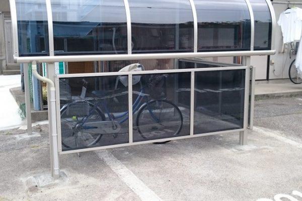 駐車場の一角にサイクルポート取付
